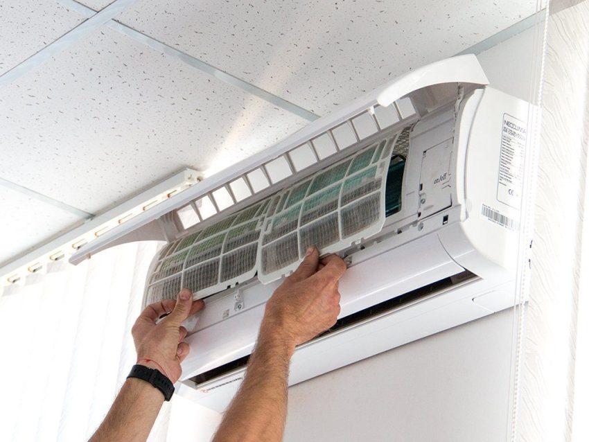 Нельзя устанавливать кондиционер вплотную к потолку или к боковым стенам