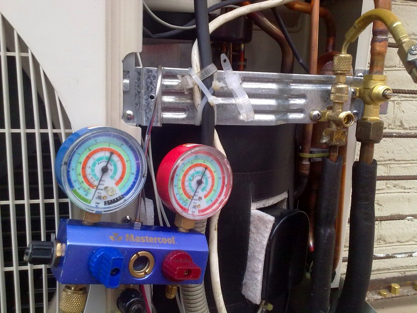 После монтажа сплит–системы из ее устройства следует удалить весь лишний воздух и влагу