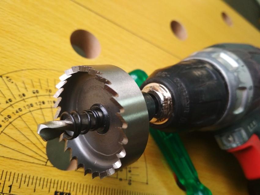 Для сверления отверстий при помощи коронок применяются дрели высокой мощности