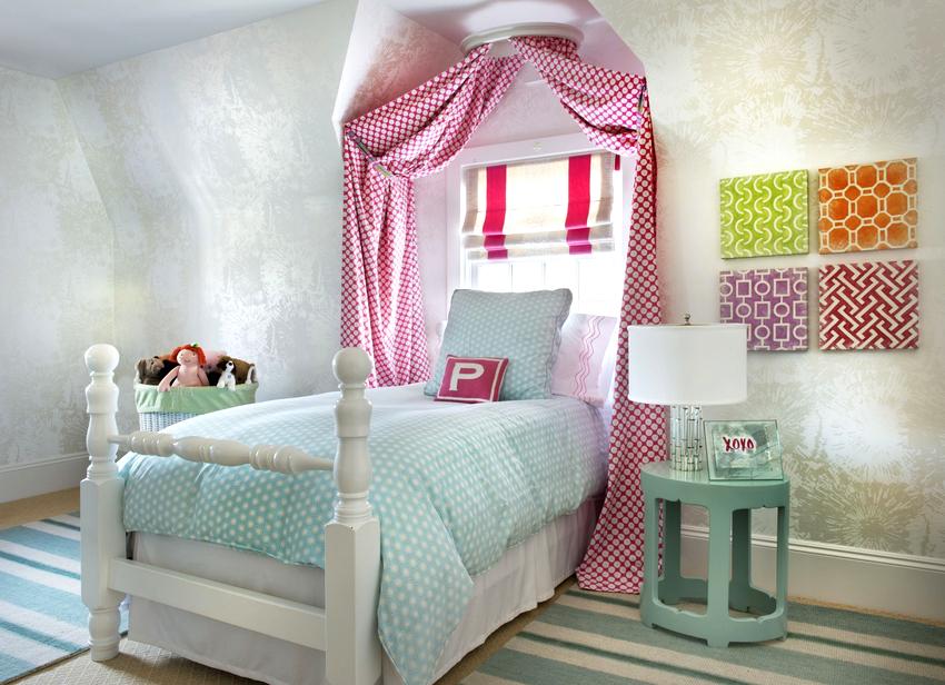 При выборе балдахина для детской комнаты необходимо обращать внимание на расцветку изделия и его декоративную составляющую