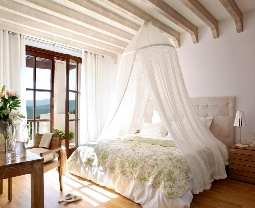 Принято считать, что балдахин будет красиво смотреться только в просторных спальнях с высокими потолками