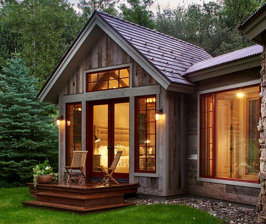 Популярны облицовочные материалы на основе древесины, например, панели с имитацией бруса или деревянная вагонка