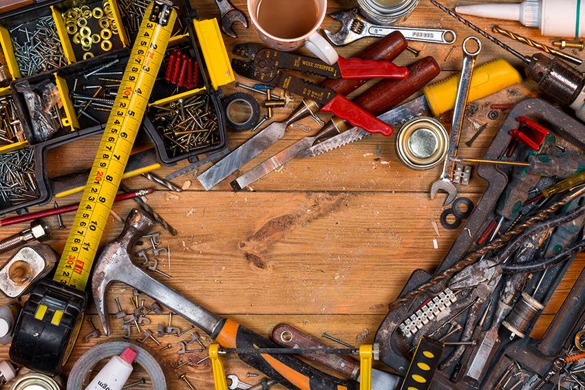 После оценки состояния паркета и определения вида реставрации, нужно запастись всеми необходимыми инструментами