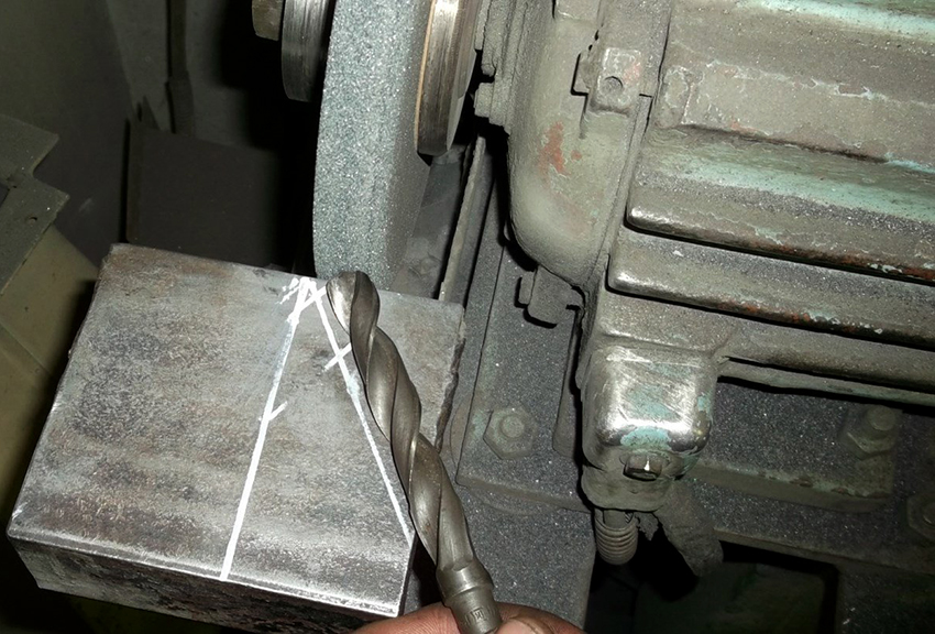 При заточке сверла спирального типа, важно четко придерживаться нужного угла