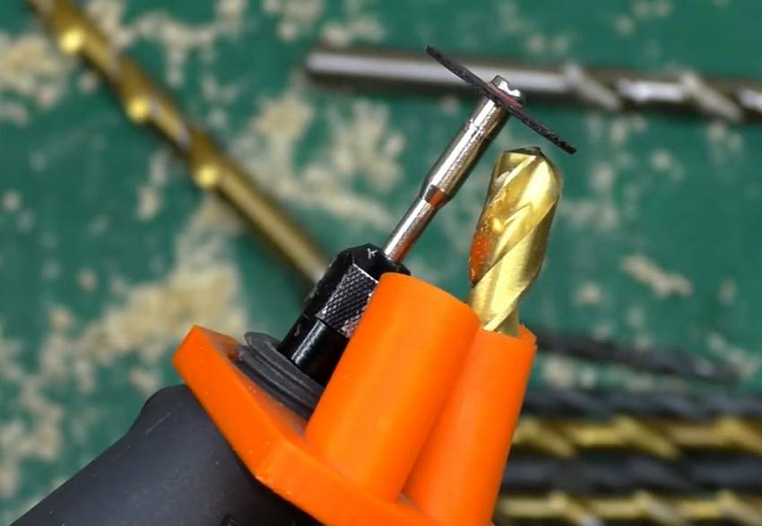 Устройство на дрель для заточки – это пластиковая насадка в которую помещается точильный элемент и сверло