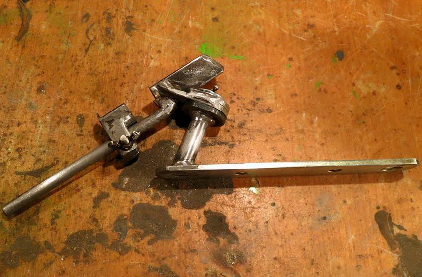 Устройство для заточки из дверных петель – одно из самых простых в изготовлении своими руками