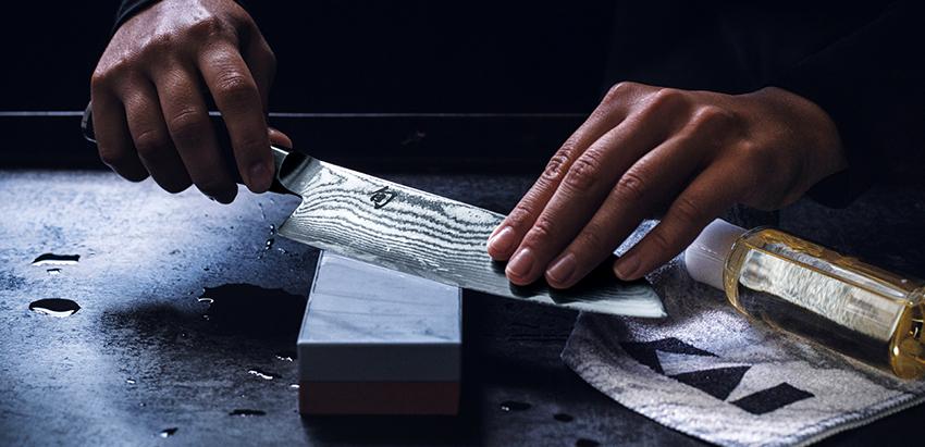 Необходимо следить, чтобы угол между ножом и бруском был одинаковый в процессе заточки