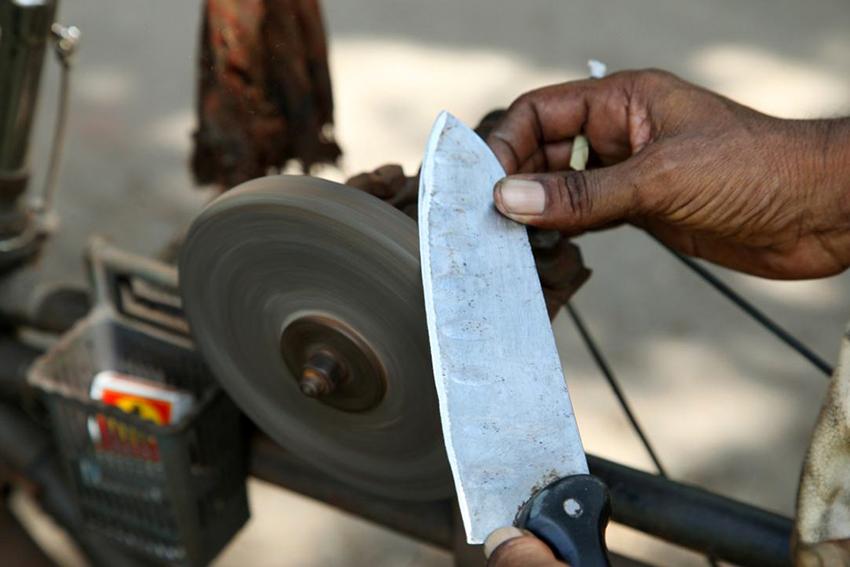 Во время заточки на электрическом станке необходимо периодически смачивать лезвие ножа водой