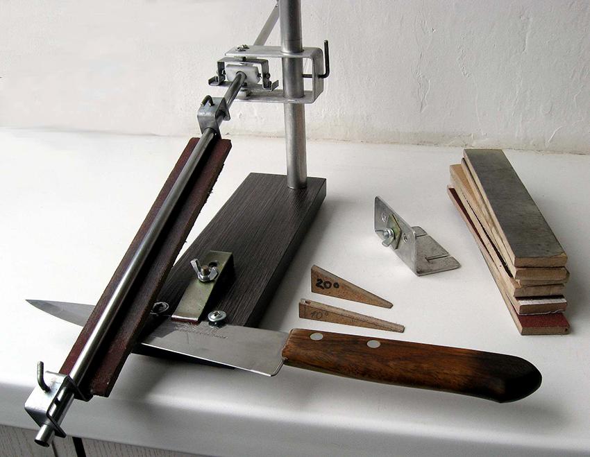 Если главная цель сделать нож более острым, то необходимо использовать абразивы средней и высокой степени зернистости