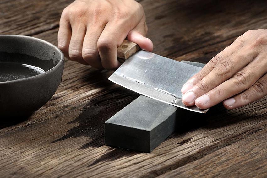 Самый простой вариант для заточки ножа – это точильный камень или брусок