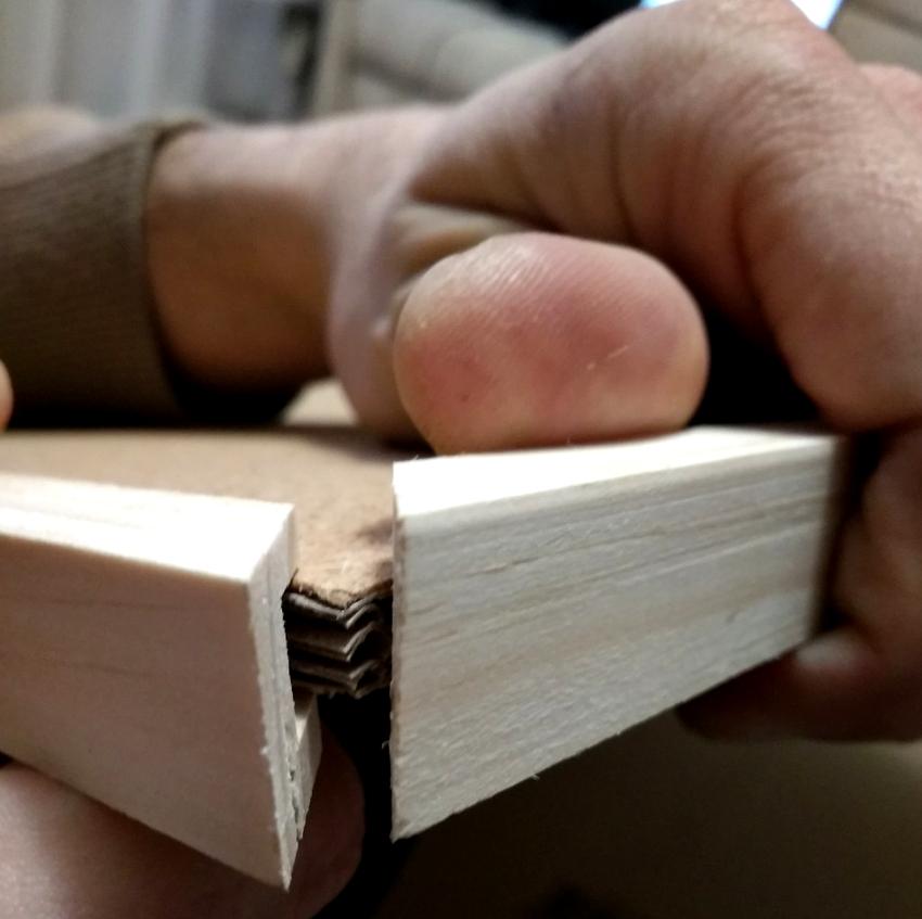 рамку для пробковой доски можно приобрести готовую либо же сделать без помощи других