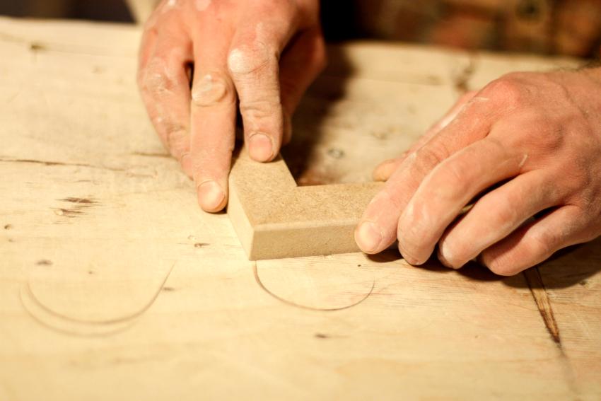 В качестве материала для изготовления деревянной доски можно использовать как массив, так и древесные плиты
