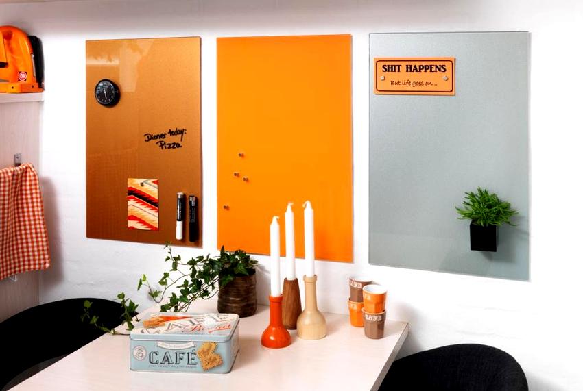 Магнитные доски на стену пользуются большой популярностью, потому что по ним можно писать мелом