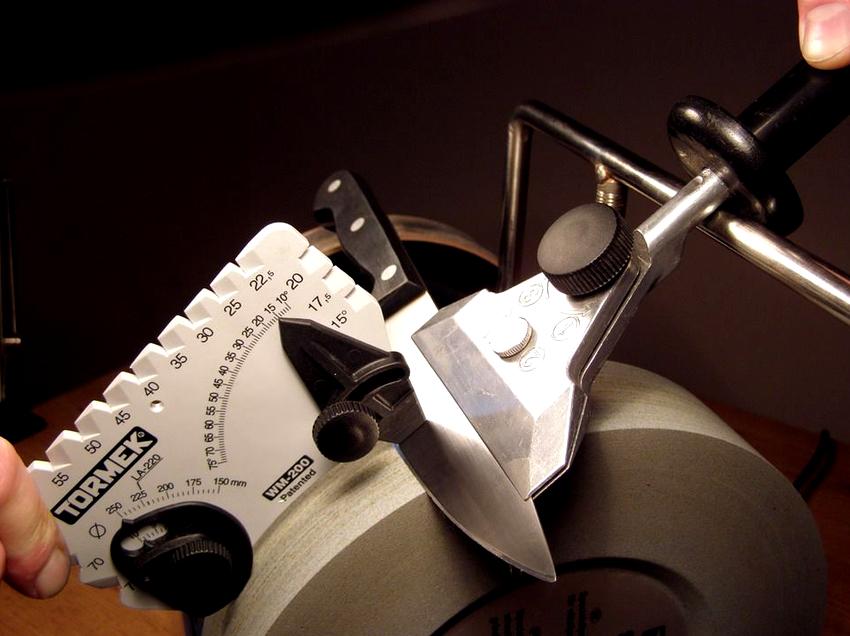 Наличие приспособления для соблюдения и сохранения правильного угла заточки позволит идеально восстановить острие клинка