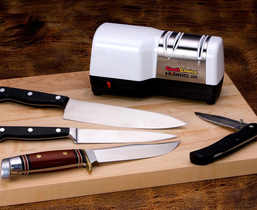 Для заточки лезвия ножа необходимо установить его в паз и подключить электрическую точилку к розетке