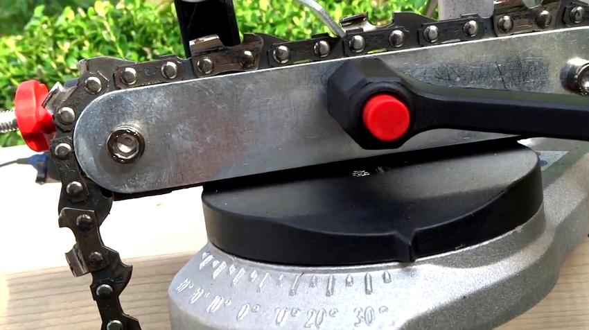 Рабочая часть бензопилы фиксируется на станке при помощи поворотных зажимов