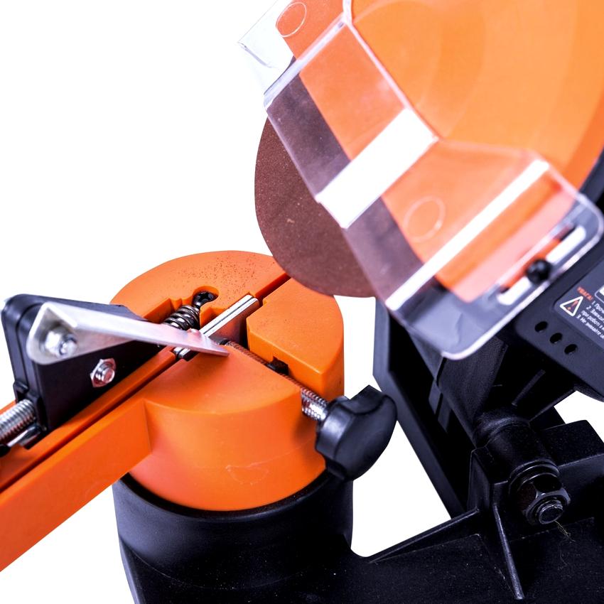 Покупая станок для заточки цепей, нужно обязательно проверить на отсутствие люфтов крепление двигателя и направляющей