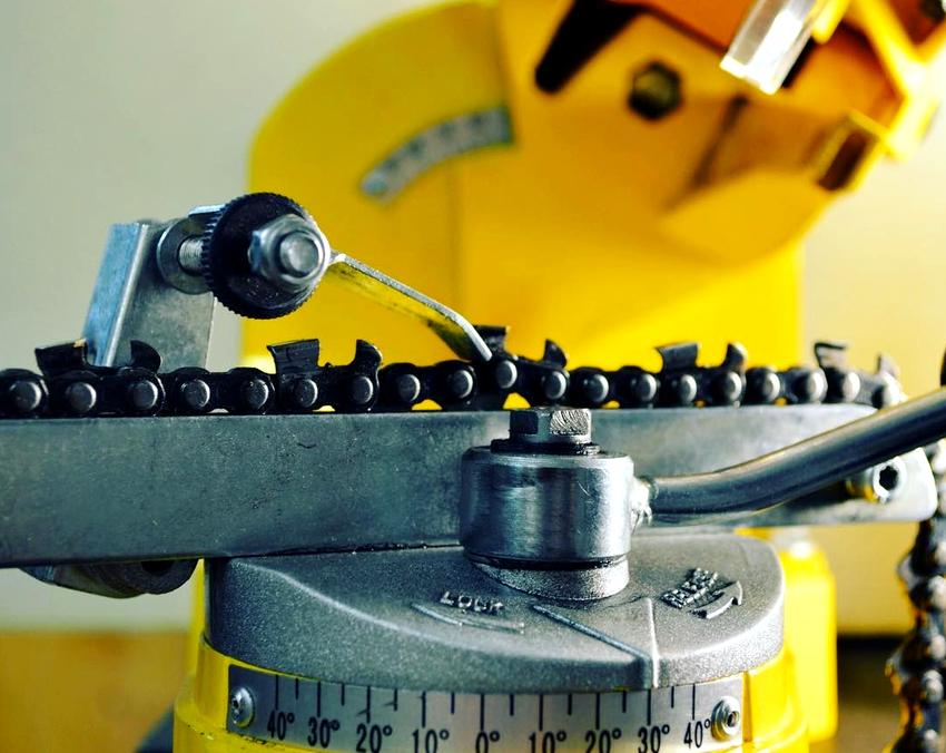 С помощью специальной шкалы и поворотного механизма угол заточки для каждого изделия подбирается индивидуально