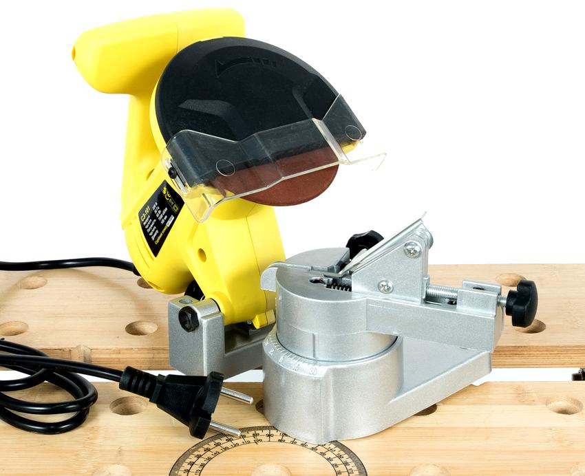 Принцип работы станка состоит в установке цепи в направляющие салазки и опускании двигателя с абразивным диском