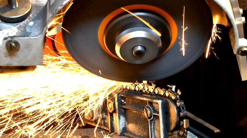Перед началом заточки звеньев бензопилы нужна предварительная настройка станка с выбором угла между шлифовальным кругом и цепью
