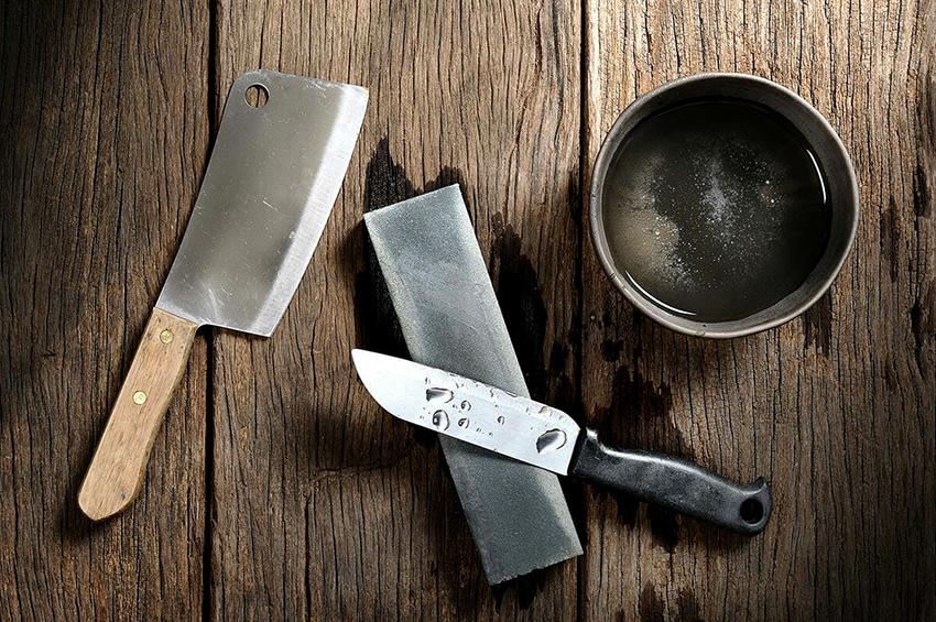Самый простой способ наточить нож – это вручную с помощью специального бруска