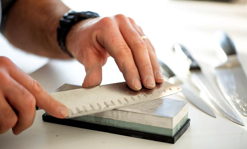 В первую очередь, периодичность заточки зависит от качества ножа и частоты его применения