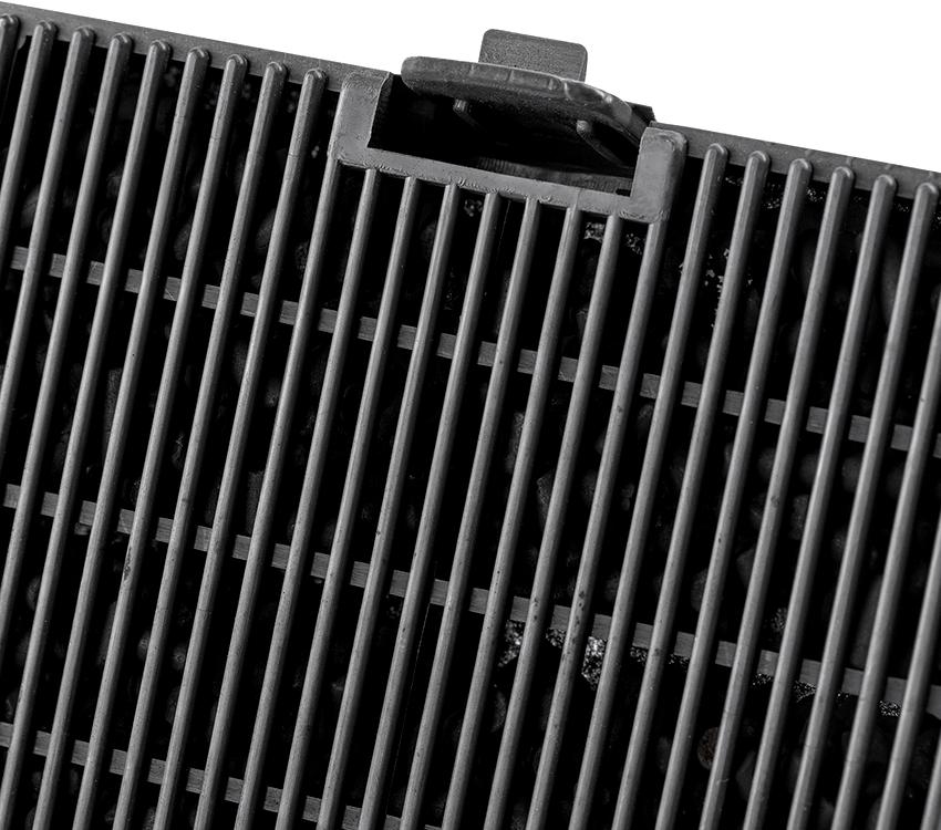 Угольный адсорбент фильтра впитывает вредные примеси, а внутреннее наполнение картриджа поглощает даже легкие ионы