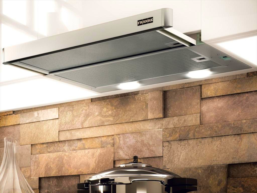 Работа угольных фильтров обеспечивается за счет включения вентилятора, подающего поток воздуха на вытяжку