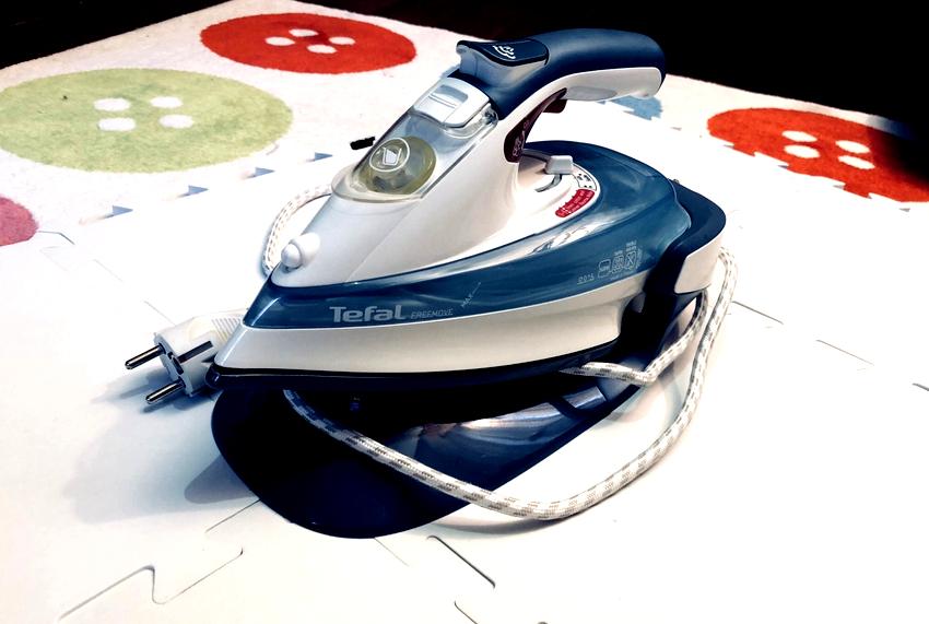 Беспроводные утюги с алюминиевой подошвой имеют более лёгкий вес, но ее можно легко поцарапать