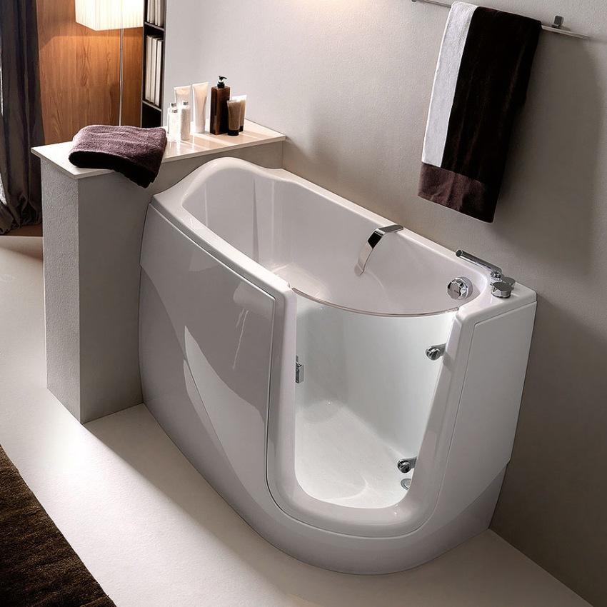 Сидячая ванна с дверкой является отличным прибором, в котором довольно комфортно могут принимать душ инвалиды и престарелые люди