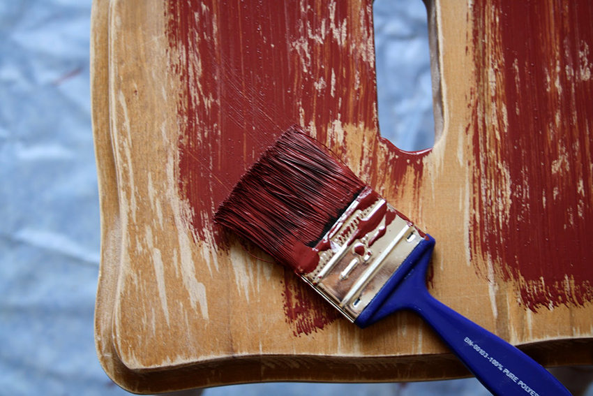 Акриловая краска отлично подойдет для окрашивания деревянной мебели
