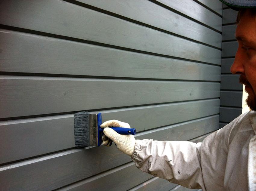 Краской можно окрашивать внутренние элементы из дерева, например, стены или потолок