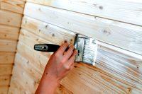 Внутренние поверхности деревянного дома необходимо окрашивать от угла