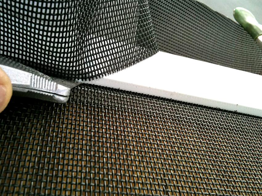 Алюминиевые сетки можно приобретать в рулонах, что позволяет легко подогнать изделие под нужный размер
