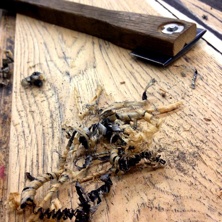 Перед началом работ необходимо тщательно провести обследование поверхности на наличие жучка-древоточца
