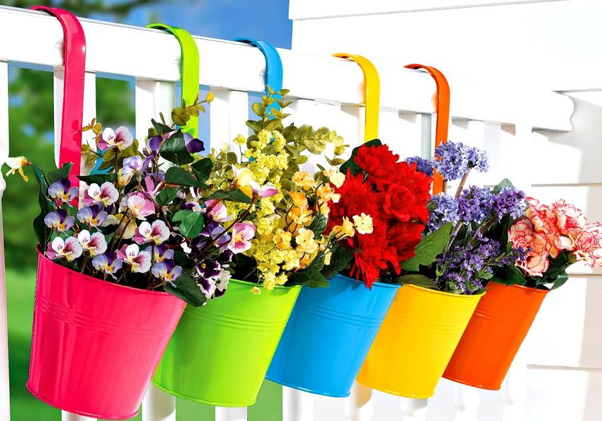 Даже если цветы в разнородных горшках, с помощью кашпо можно создать красивую цветочную композицию