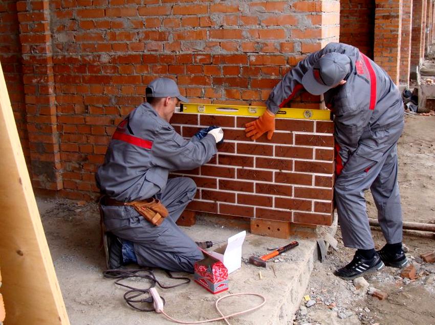 Выполняя монтаж фасадных панелей под кирпич важно постоянно контролировать кривизну