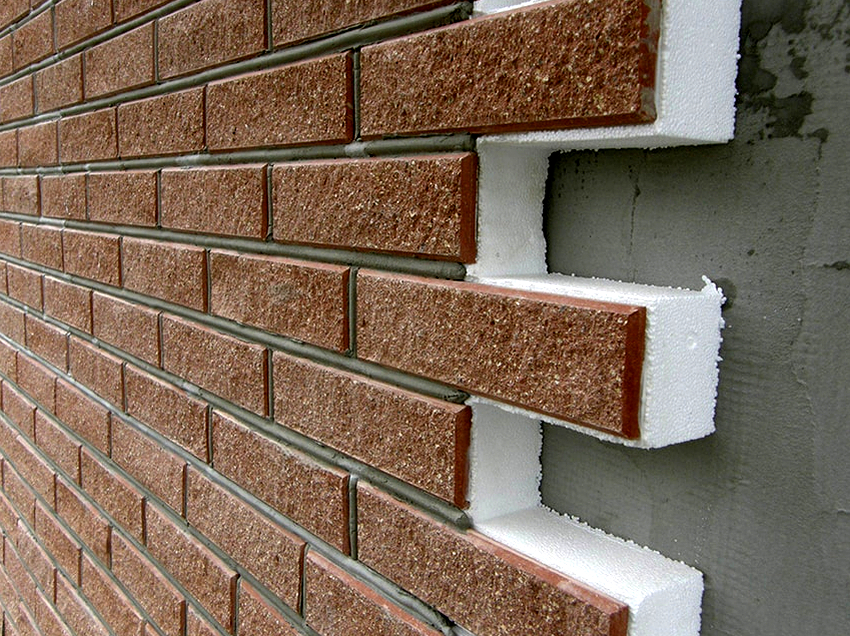 Некоторые производители для декорирования поверхности панелей используют мелкозернистую мраморную или каменную крошку