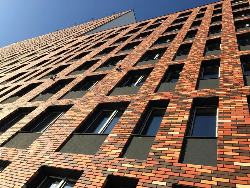 Фасадные панели под кирпич имеют массу преимуществ, одна из которых - это возможность использования листов на любой поверхности