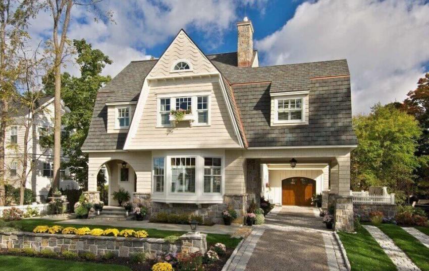 Классические фасады предполагают выполнение отделки деревом или камнем