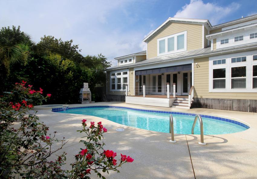 Материал, с помощью которого выполняется дизайн фасада дома, не должен демонстрировать склонность к выветриванию или вымыванию