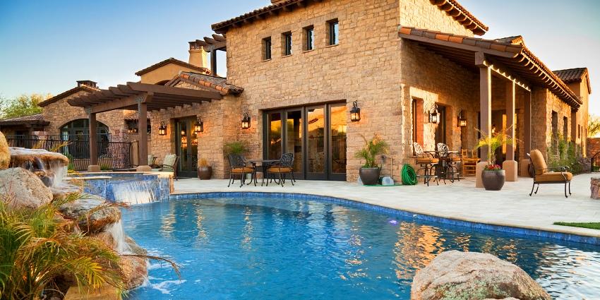 Натуральный камень отличается высокой стоимостью, поэтому считается наиболее дорогим вариантом отделки фасада