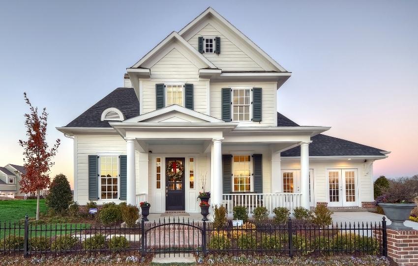 Фасад в классическом стиле часто украшается разнообразными декоративными элементами
