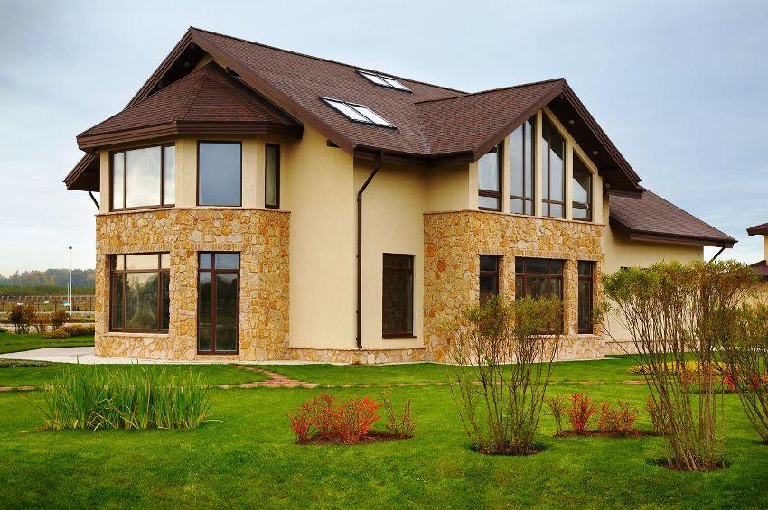 Штукатурка фасадного типа подразделяется на следующие виды: силикатная, силиконовая, акриловая и минеральная