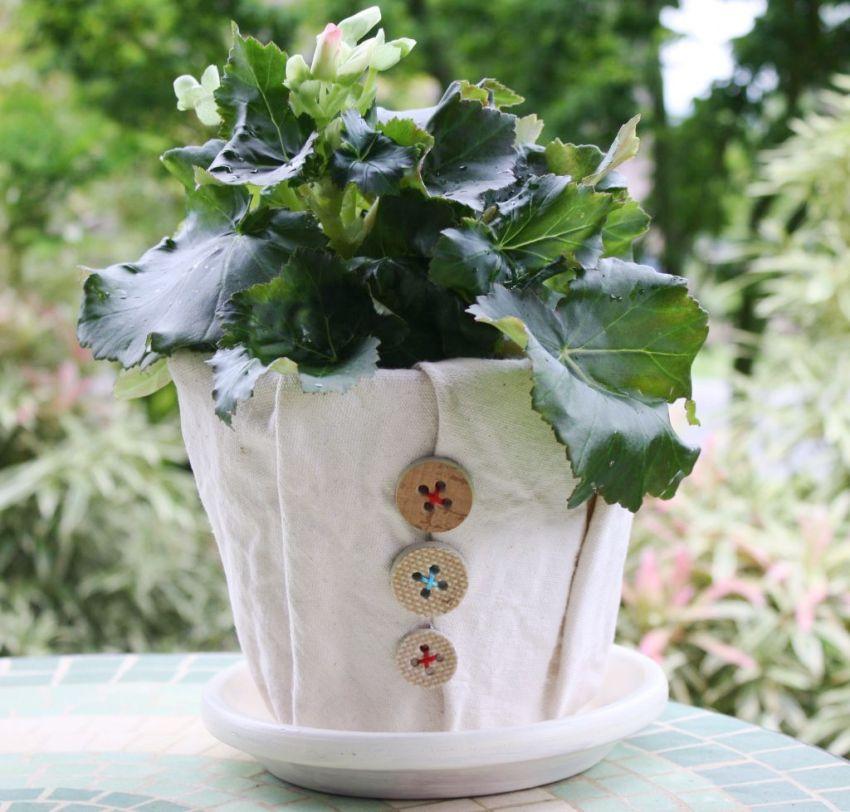 Декорировать кашпо из ткани можно при помощи пуговиц или бусин