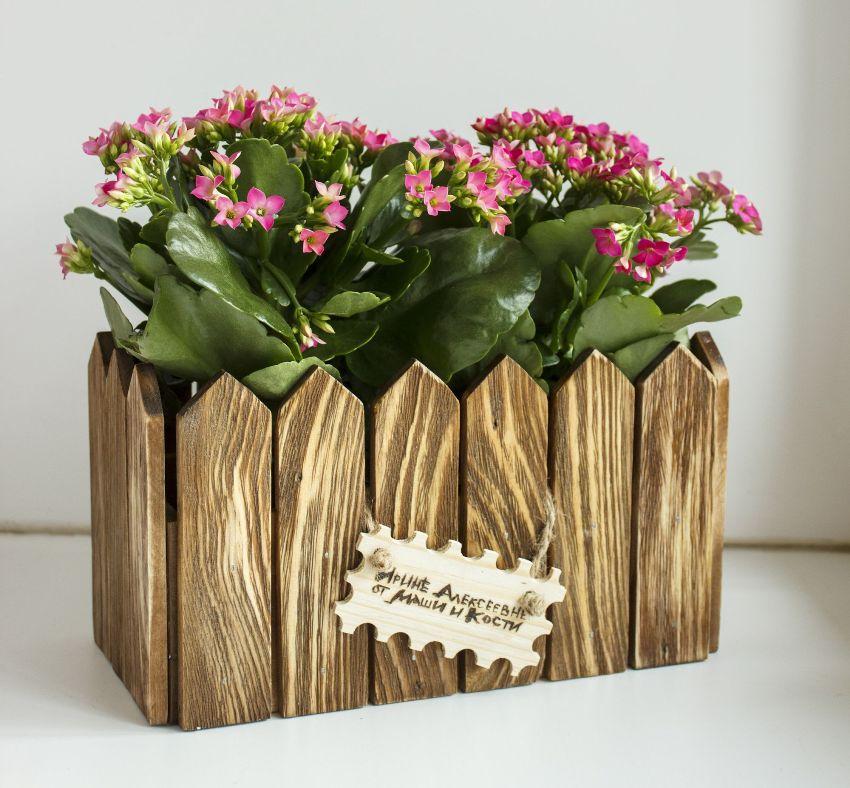 Кашпо из дерева способны добавить природные естественные нотки в любой интерьер