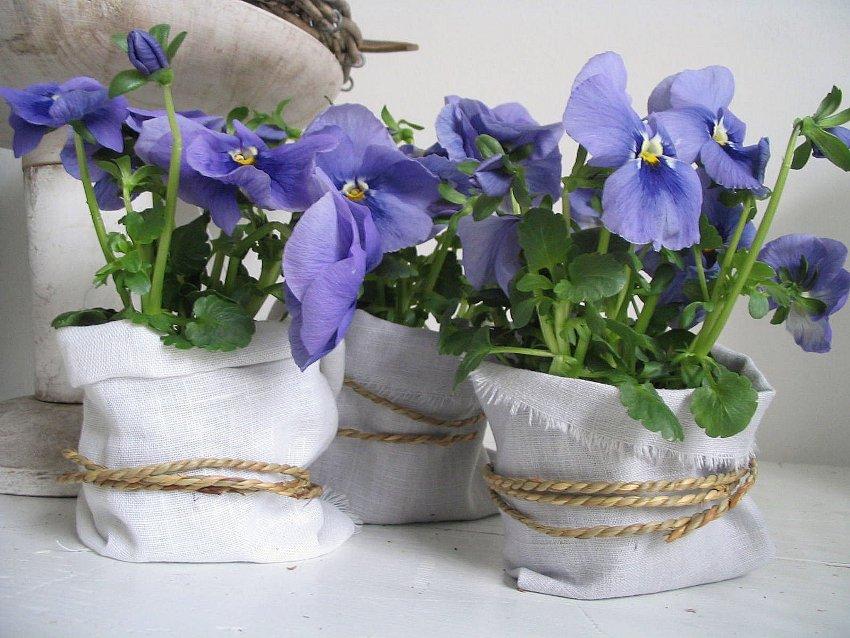 Обычный горшок с цветами можно задрапировать любой тканью