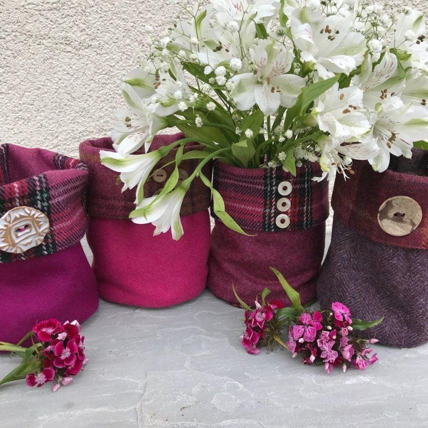 Создавать красивые кашпо для цветов своими руками из ткани не только полезный, но и весьма увлекательный процесс
