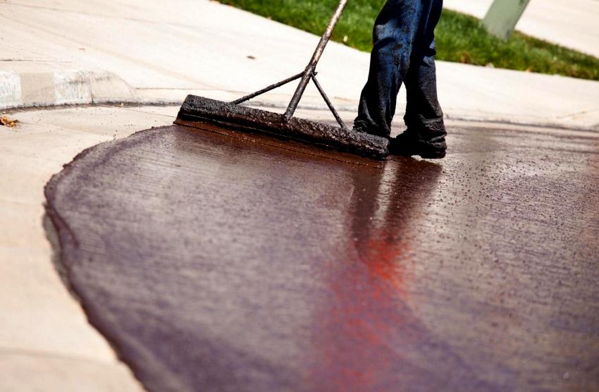 Для наружных работ подходят специальные лаки для бетона, пропитка и полимерная эмаль