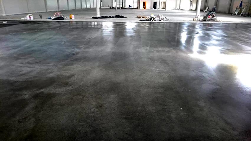 Крашенный бетонный пол не пылит, а также он становится более прочным и долговечным
